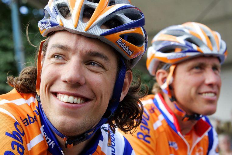 Thomas Dekker (L) en Michael Boogerd voor de start van het Nederlands kampioenschap wielrennen weg in 2007. Beeld anp