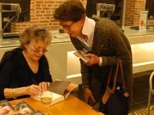 Connie Palmen doet boekje open over haar romans voor 120 belangstellenden in bibliotheek Den Bosch