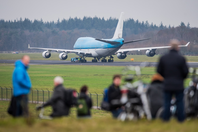 Vliegtuigspotters bij de aankomst van een KLM Boeing 747 eind vorig jaar op Twente Airport