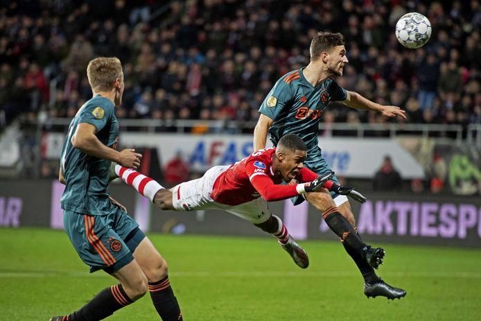 Ajax staat drie punten voor op AZ.