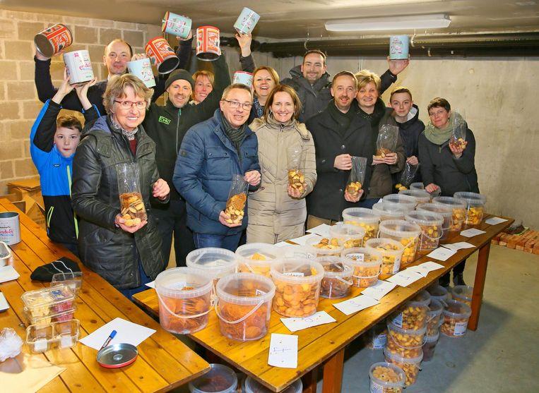 De buren van de Dokkenstraat verkopen koekendoosjes voor het getroffen gezin.