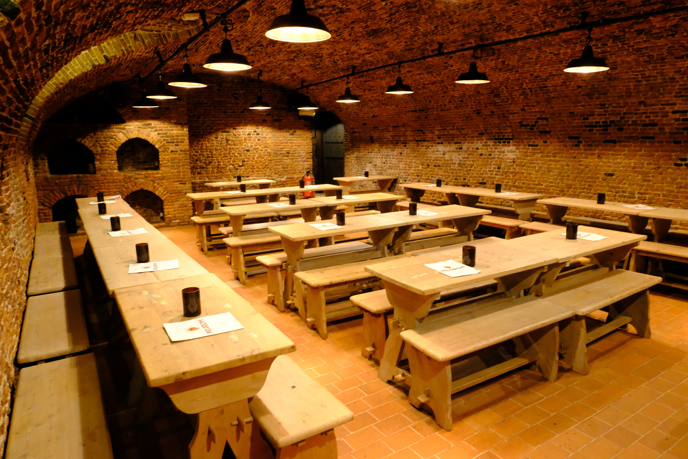 Eén van de acht kelders: tafels en zitbanken zijn nu veel lichter dan vroeger.