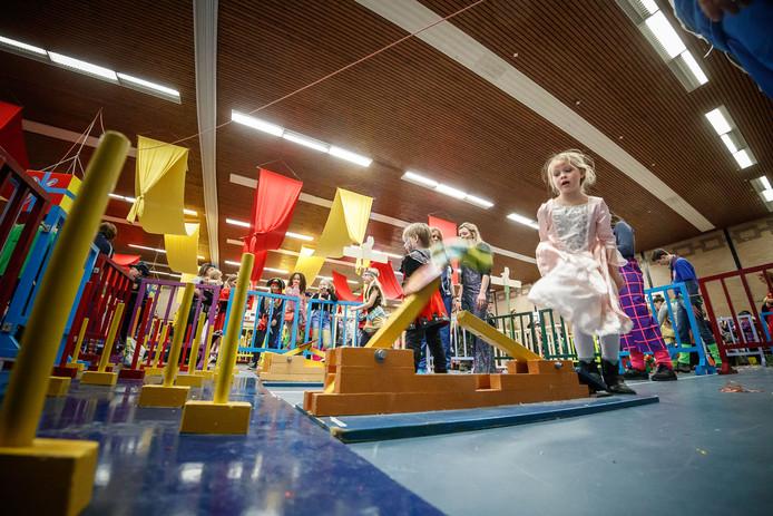 De traditionele kindermiddag in de Borgh met allerlei spelletjes voor de jongste inwoners. Amélie Geelen (7) doet 'Mutske Wippe'.
