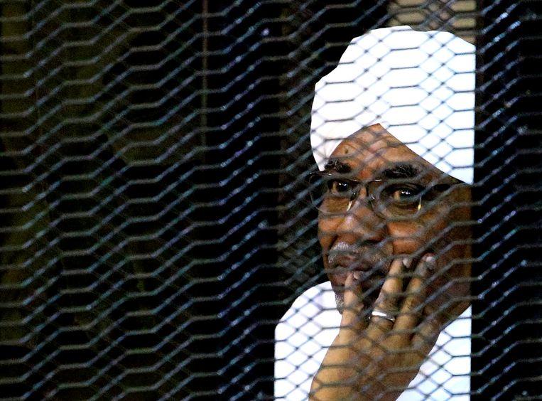 Oud-dictator Omar al-Bashir van Soedan in een kooi in de rechtbank vorig jaar waar hij terecht stond op verdenking van corruptie.   Beeld REUTERS/Mohamed Nureldin Abdallah