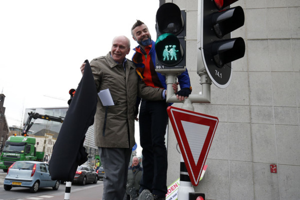 Wethouder Geldolf onthult regenboogverkeerslichten