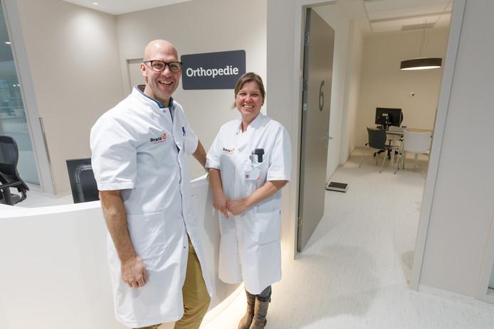 De polikliniek van het Bravis ziekenhuis in Roosendaal is gerenoveerd. In beeld Erik-Jan Hauet en Angelique de Hooge van de afdeling orthopedie.  De orthopeden zijn sinds maandag bijna alleen nog maar in Roosendaal werkzaam.