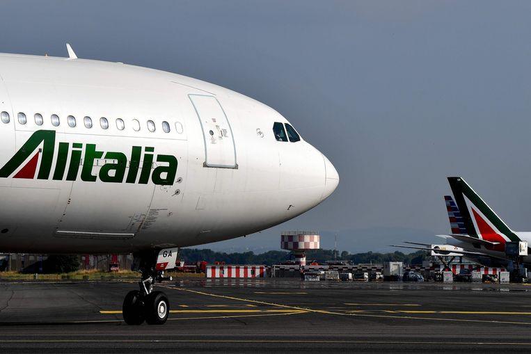 Alitalia maakt dagelijks een miljoen euro verlies, maar de regering wil het niet failliet laten gaan. Beeld AFP