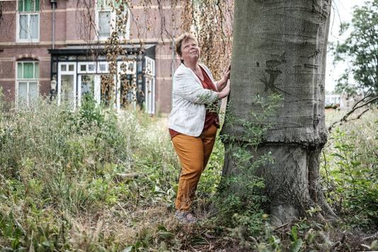 Voormalig GroenLinks-raadslid Marjoleine Snaas bij de oude beuk voor Huize Welleveld.