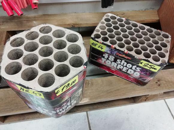 Deze batterijen in geperst karton vuren verschillende ladingen af met slechts één lont.