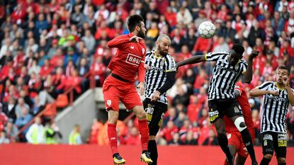 Charleroi alleen op kop na gelijkspel tegen strijdlustig Standard