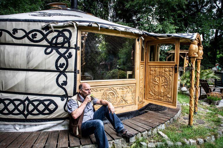 Dirk Egberts bewoont een joert en verkoopt ook tenten, vooral aan mensen die net gescheiden zijn.