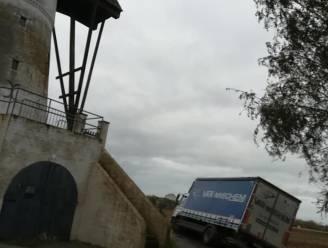 Vrachtwagenchauffeur volgt GPS en rijdt zich vast in gracht