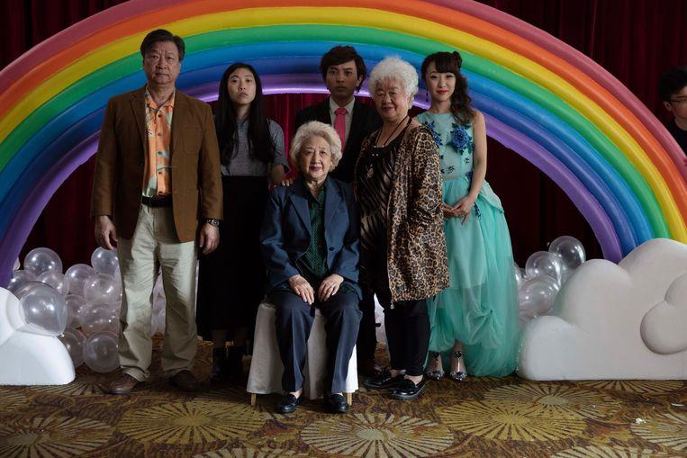 De hele familie is in China bij elkaar voor een 'trouwfeest'. Links naast oma Nai Nai kleindochter Billi. Beeld