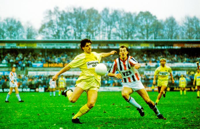 Willem II-verdediger Hans Werdekker (r) zet John Lammers vanVVV-Venlo onder druk in het succesvolle seizoen 1987-1988.