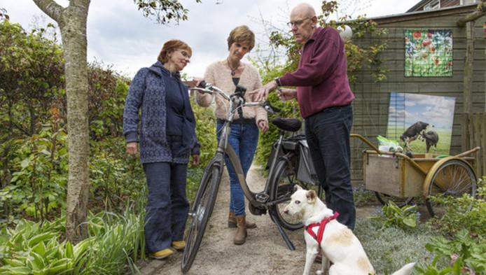 Han Ellenbroek legt zijn buurvrouw uit hoe zijn bakfiets werkt. Links Brigitte Venturi.