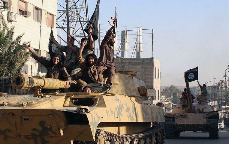 IS-strijders hielden op 30 juni 2014 een parade met buitgemaakt materieel bij de inname van Raqqa.