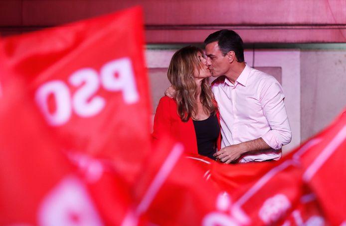 De Spaanse premier Pedro Sánchez (rechts) kust zijn vrouw Begoña Gómez bij het vieren van de uitkomst van de verkiezingen op 29 april 2019.