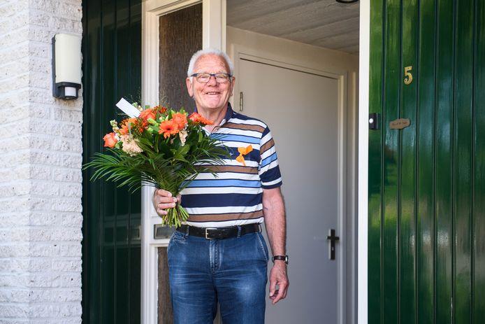 Wim Scholl is een van de drie Haaksbergenaren die is benoemd tot Lid in de Orde van Oranje-Nassau. Zijn echtgenote spelde hem een alternatief lintje op.