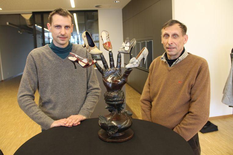 Kleinzoon Stijn en zoon Rik Porteman bij een werk van Roger Porteman genaamd 'Izegemse vakkennis.