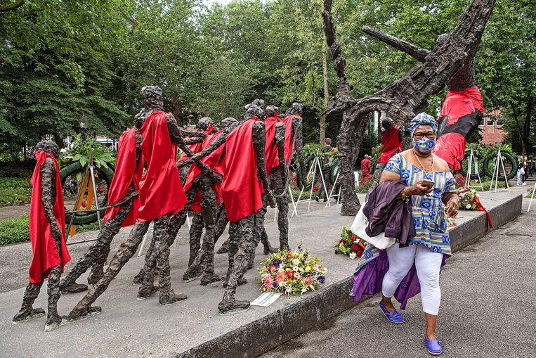 Een Surinaamse Nederlandse brengt een eerbetoon bij het slavernijmonument in het Oosterpark, tijdens de viering van Ketikoti. Beeld Guus Dubbelman / de Volkskrant