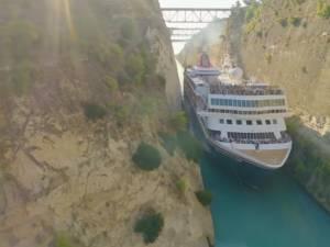 Un immense bateau de croisière passe par l'étroit canal de Corinthe
