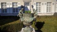 Dieven aan de haal met zware bronzen vaas uit voortuin