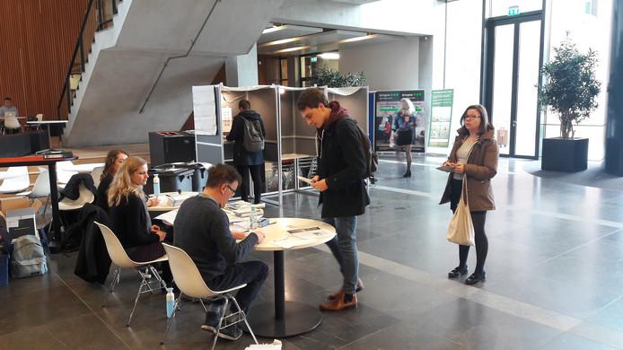 Sanne Nijster, Jinthe Roelofs en Pieter Bitter op het stembureau in het Forum-gebouw van de Wageningen Universiteit.