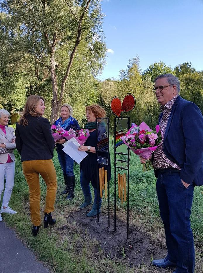 Joop van Hezik (rechts) bij de onthulling van een kunstwerk, vorig jaar september  in de tuin van woonzorgcentrum Amaliazorg Catharinenberg.