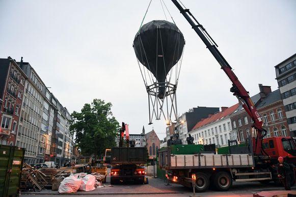 De Ballon van de Vriendschap wordt langzaam van zijn sokkel gehesen op het Herbert Hooverplein. Het kunstwerk verhuist nu naar de stationsomgeving na een grondige renovatie.