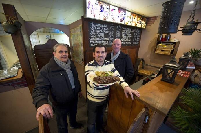 Peter Kleinhout (rechts) verkocht zijn succesvolle spareribszaak aan Adid Zibari (links). Foto: Lenneke Lingmont.