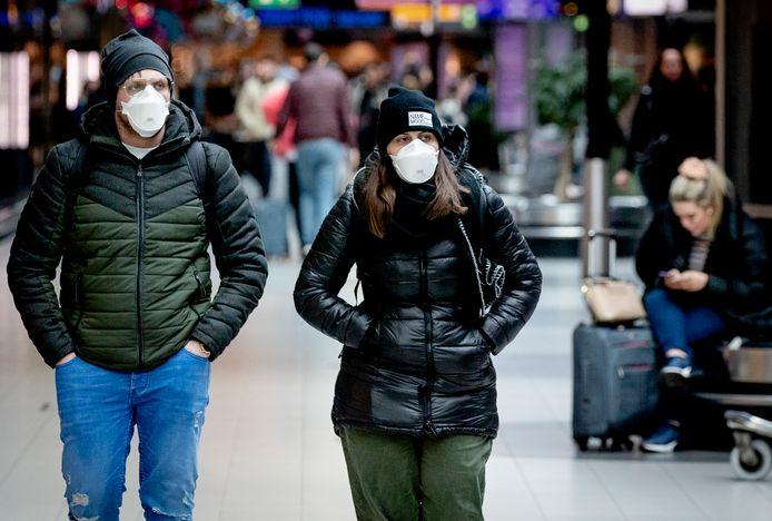 Ook op Schiphol worden mondkapjes gedragen, uit angst voor het coronavirus.