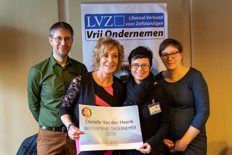 Daniëlle Van den Heerick krijgt haar prijs.