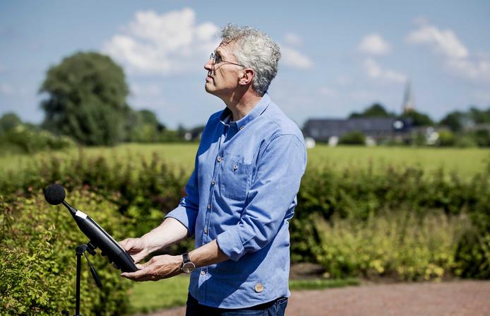 Erik Roelofsen van Stichting Geluidshinder bij een meetpunt in Nijbroek waar de Boeing 737-800 over kwam.