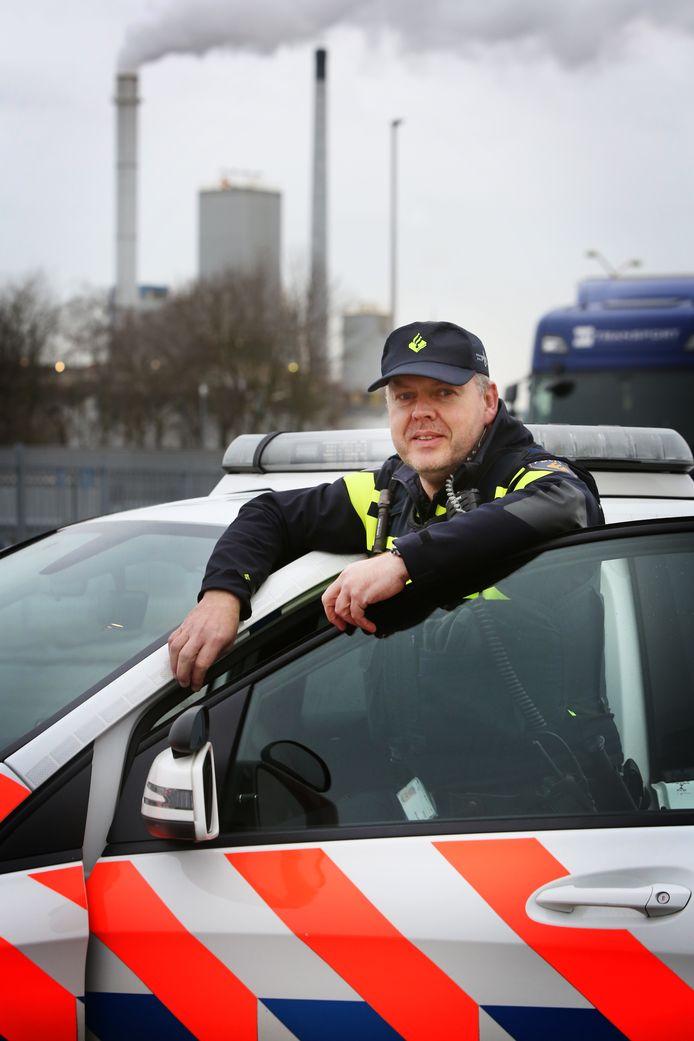 201912016 - Etten-Leur - Brigadier Jeroen Dingenouts, wijkagent voor industrieterrein Vosdonk en thematisch wijkagent ondermijning. FOTO: PIX4PROFS/RAMON MANGOLD
