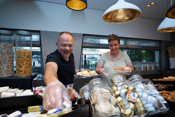 Bij het Bilderberg Hotel aan de Zwolsestraat op Scheveningen kunnen de hotelgasten weer genieten van het ontbijtbuffet. Wel mét handschoentje.