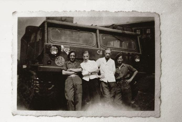Twee bakkersknechten poseren bij de zuivelfabriek in Beltrum met de bevrijders.