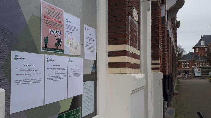 Bij huisartsenpraktijk Van der Poel aan de Heemraadssingel hangen briefjes over het coronavirus in meerdere talen.