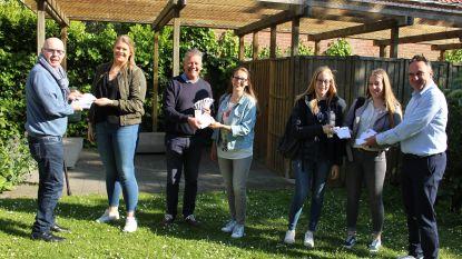 Orde van de Ezel beloont studenten in bib en Wagenhuis met een kleine attentie