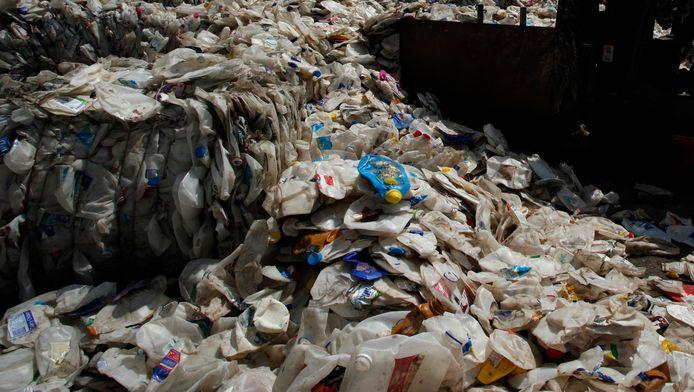 Oude plasticflessen zijn waardevol op een Mexicaanse landbouwmarkt.