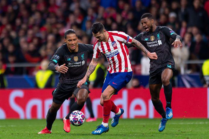 Atlético-aanvaller Vitolo maakt het Virgil van Dijk en Georginio Wijnaldum lastig in Madrid.