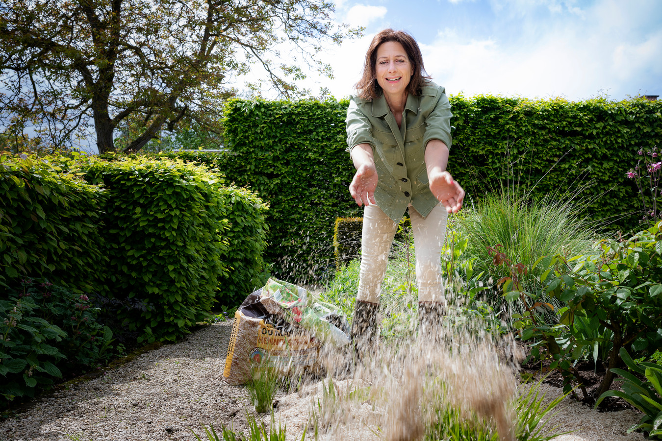 Je hoeft geen plastic te gebruiken om onkruid uit je tuin te weren.