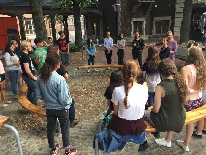 Studenten van het University College Roosevelt (UCR) krijgen les van Barbara Oomen (paarse jurk) in het Metamorfose Lokaal op de Helm in Middelburg.