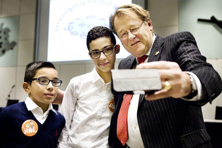 Ayoub en Taha maken een selfie met commissaris Jaap Smit. Beeld Io Cooman