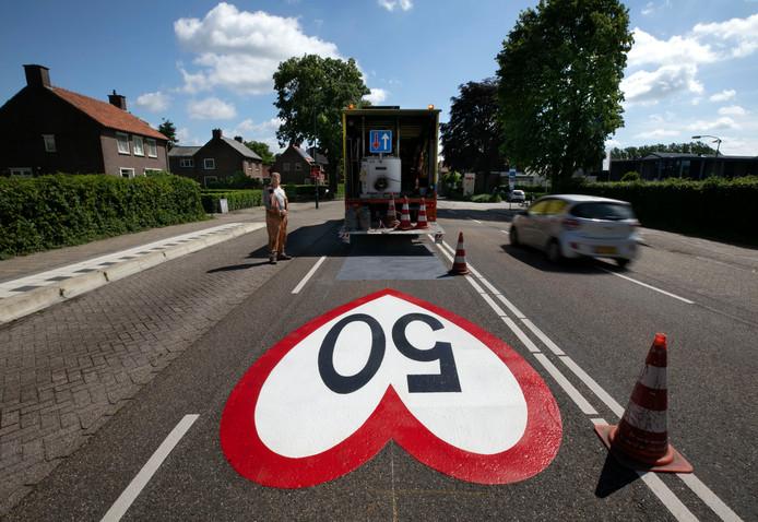Een wegmarkering aan het Heijereind in Westerhoven in de vorm van een hart.