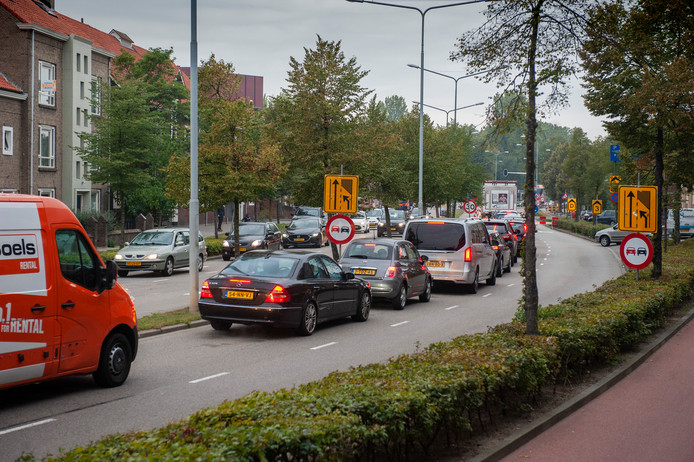 Drukte op de omleidingsroute naar het centrum van Den Bosch. Op de kruising Lagelandstraat-Graafseweg worden de verkeerslichten vervangen.