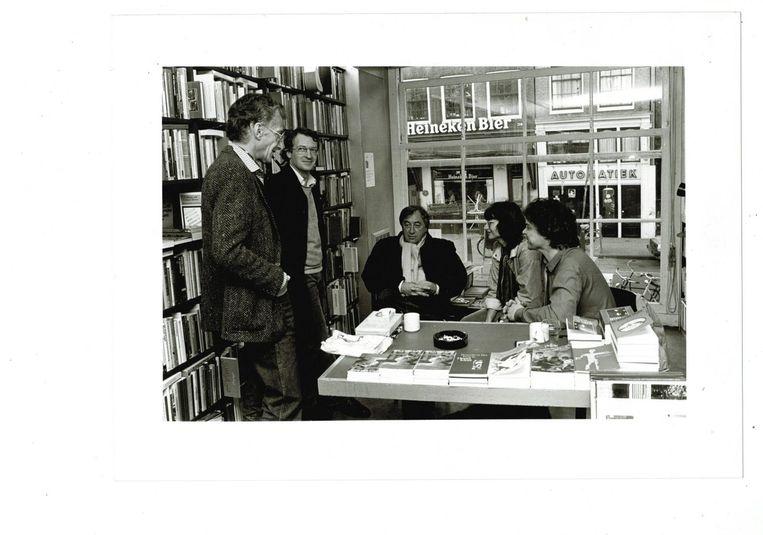 Boudewijn Büch signeert. V.l.n.r. Harry Mulisch, Emile Brugman (redacteur De Arbeiderspers), Cees Nooteboom, Ellen Schalker (Arbeiderspers) en Boudewijn Büch. Beeld Ewoud de Kat