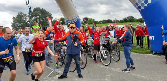 Aangemoedigd door haar teamgenoten van SV Sprundel gaat Sophie Jochems (rood shirt) in Parijs lachend van start voor de 520 kilometer lange Roparun.