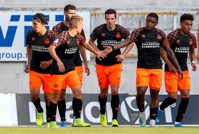 De spelers van PSV vieren de 0-1 van Steven Bergwijn tegen Haugesund