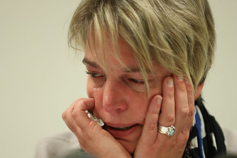 De zwaar geëmotioneerde Vlaamse minister van Natuur, Landbouw en Omgeving kondigt dinsdag haar vertrek aan.  Beeld BELGA