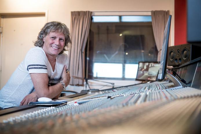 Edwin van Hoevelaak in zijn muziekstudio.